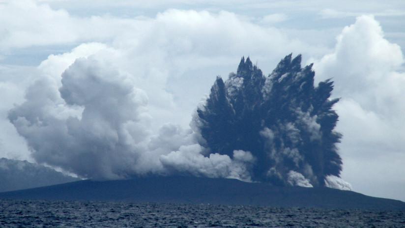 Imágenes satelitales muestran cómo la explosión del volcán Anak Krakatoa destruyó una isla