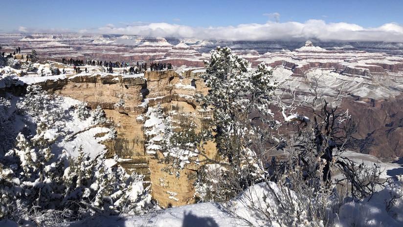 """Fotos y videos """"mágicos"""" muestran cómo nevadas tiñen de blanco los desiertos de Arizona"""