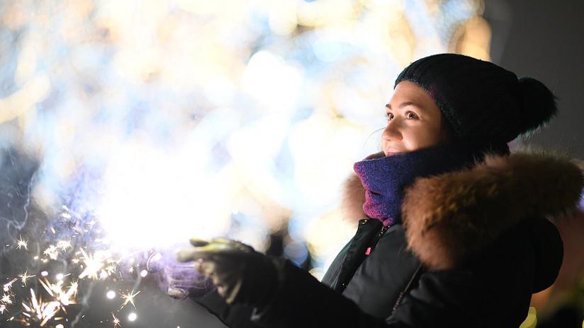 Moscú entra en 2019 adornada con luces de colores, nieve y guirnaldas