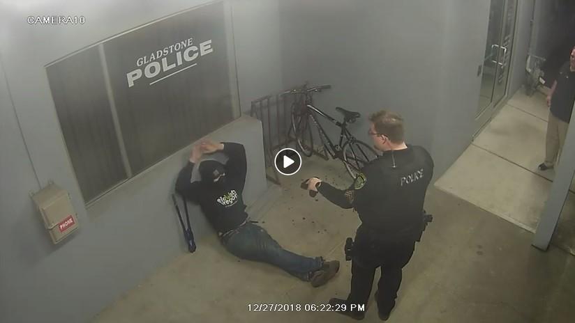 VIDEO: Intenta robar una bicicleta ante una comisaría de Policía y termina arrestado