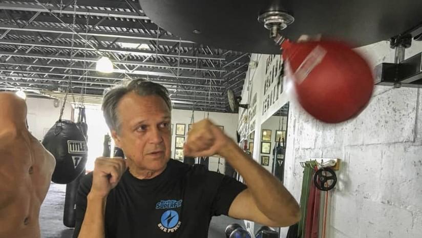 Intenta robarle el teléfono a un anciano, pero este resulta ser pentacampeón de 'kick boxing'