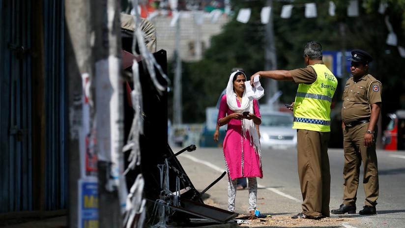 VIDEO: Dos jóvenes 'sobornan' aun agente de tránsito de cartón y acaban detenidos