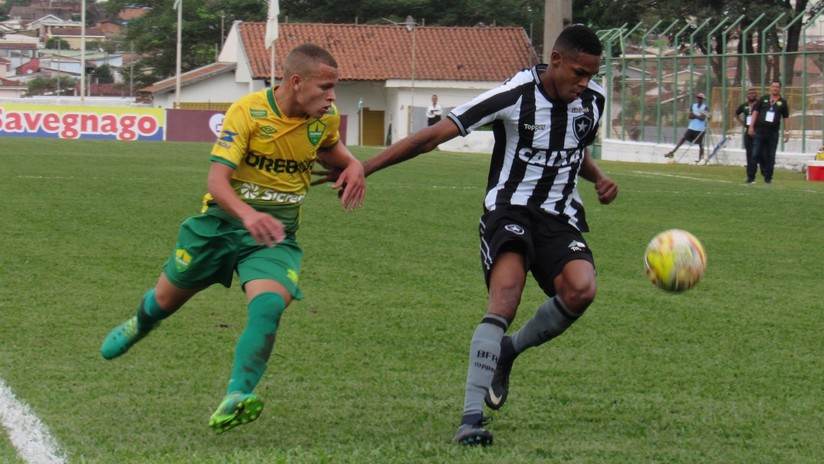VIDEO: Joven futbolista no tolera que le humillen con un caño y reacciona de la forma más violenta