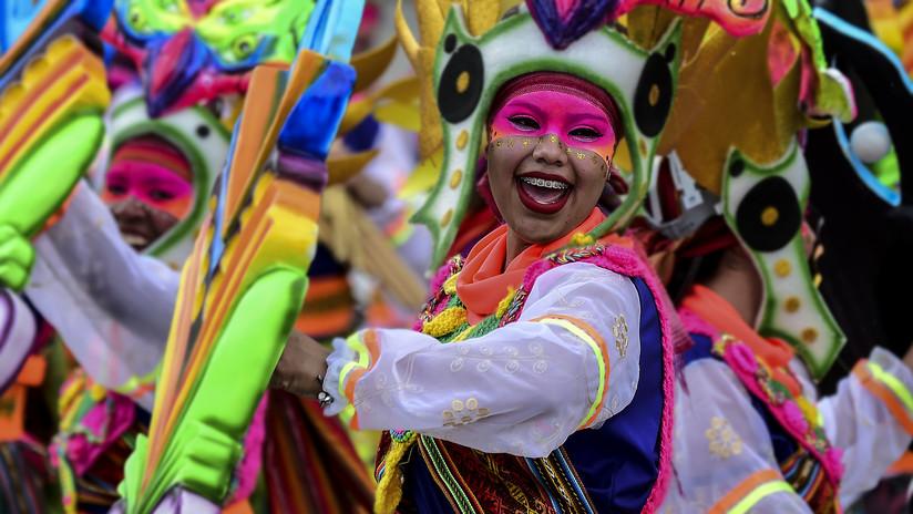 VIDEO: Le roban sigilosamente y con destreza el celular a la reina de un carnaval en Colombia