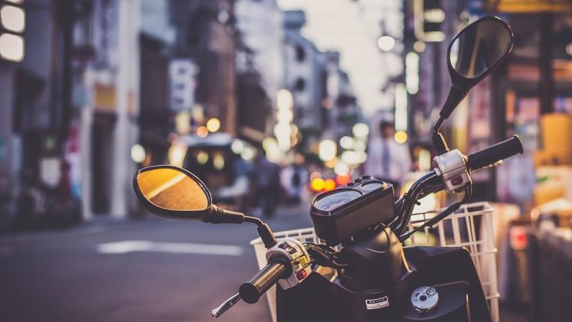 Una mujer le clava un objeto punzante a un ladrón que huía con su moto