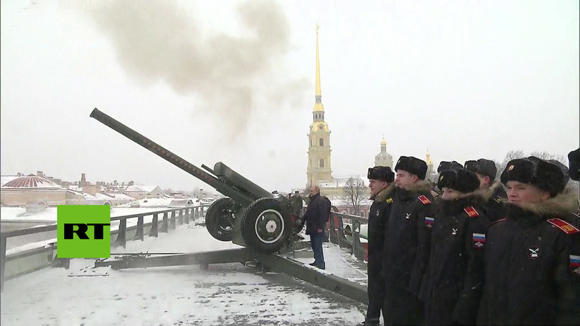 VIDEO: Putin dispara un cañón en San Petersburgo