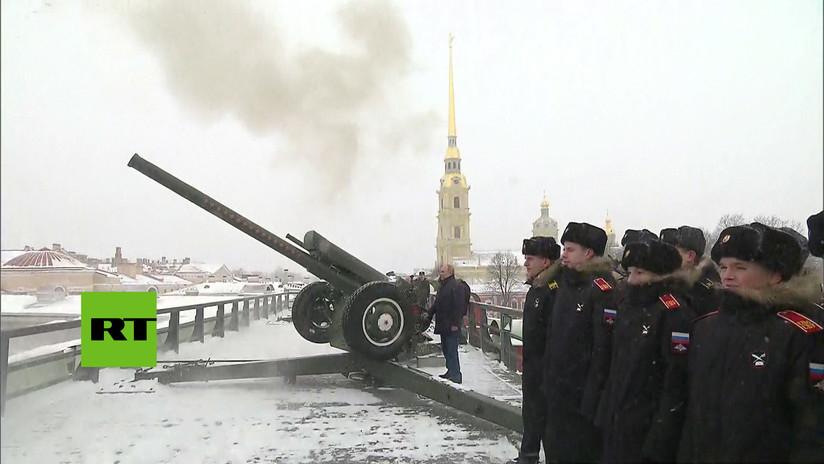 VIDEO: Putin dispara un cañón en San Petersburgo