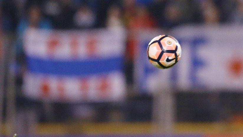 VIDEO: Carrito médico llega para asistir a un futbolista pero le aplasta el pie
