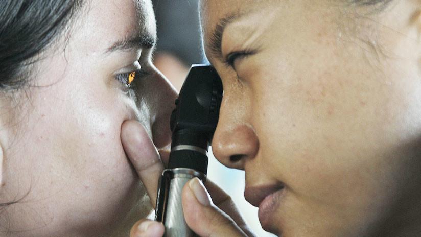 Nadie entendió la letra del médico: Mujer se aplica una crema para la disfunción eréctil en un ojo