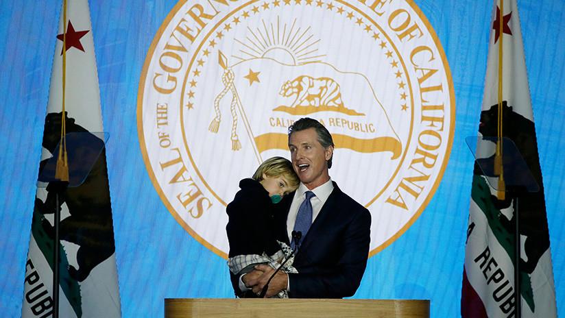 VIDEO: Un hijo pequeño del flamante gobernador de California irrumpe en su discurso de investidura