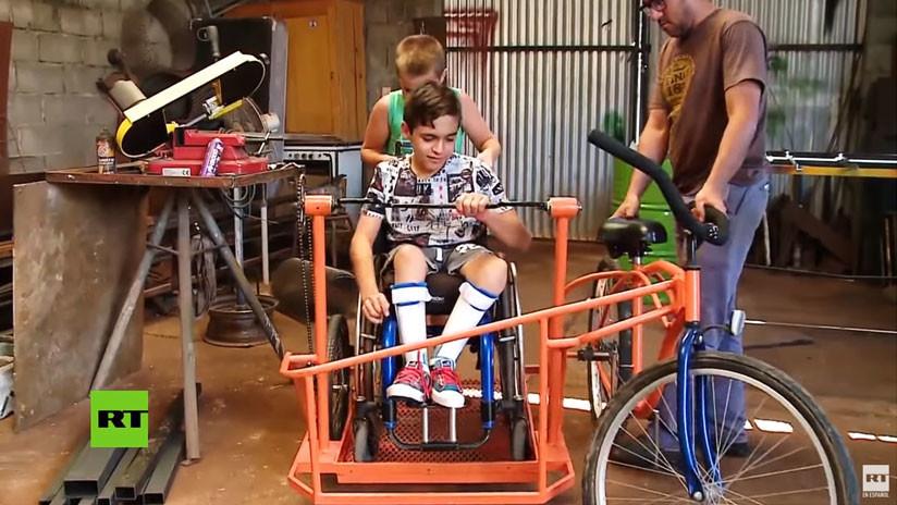 Argentina: Un niño discapacitado cumple su sueño y monta en bici con su primo gracias a un herrero