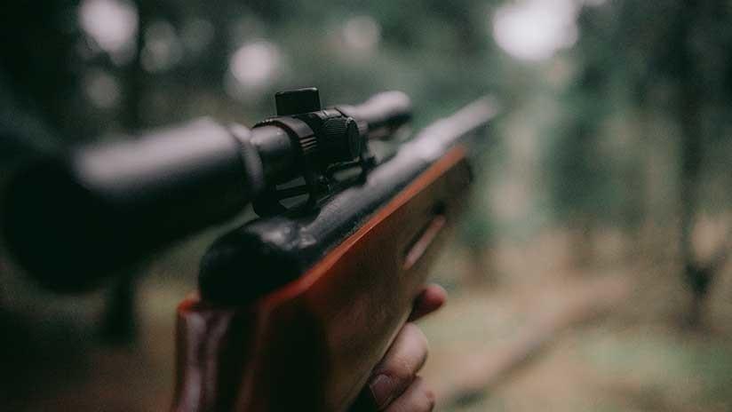 Se jacta de matar a un ciervo de forma ilegal en una 'app' de citas ante el hombre menos indicado