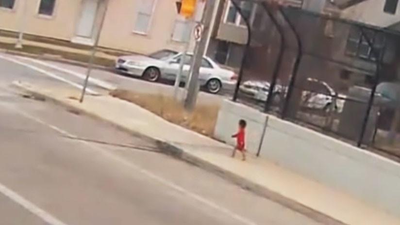 VIDEO: Conductora de bus rescata a una bebé que deambulaba cerca de una autopista en EE.UU.