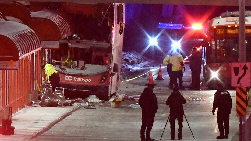 Canadá: Tres muertos y 23 heridos al chocar un autobús de dos pisos contra una parada (VIDEO, FOTOS)
