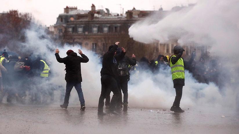 VIDEO: Policías usan gas lacrimógeno y cañones de agua contra los 'chalecos amarillos' en París