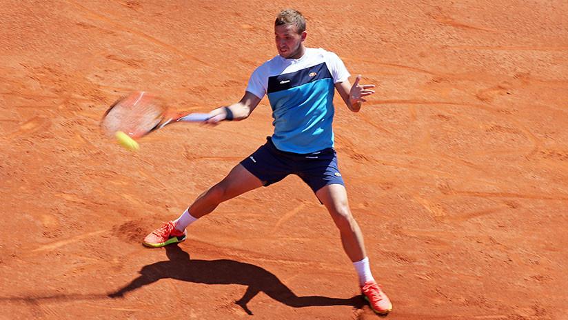 ¿El punto del año?: El tenista inglés Daniel Evans responde de espalda en el Abierto de Australia