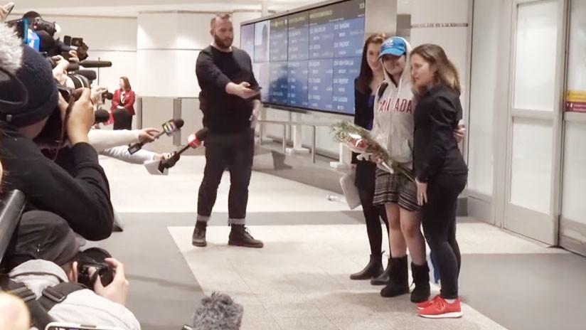 Con sonrisa y flores: La joven saudita que huyó de su familia llega a Canadá (VIDEO)