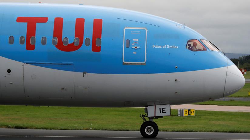 Una familia voló dos horas sentada en el piso de un avión porque sus asientos no existían (FOTO)
