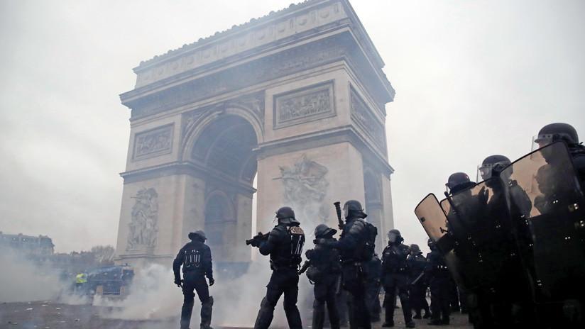 VIDEO: Un vehículo policial daña el pavimento cerca del icónico Arco del Triunfo en París