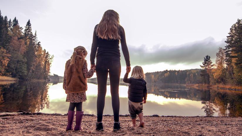 Una madre soltera adopta a dos niños sin saber que son de una misma madre biológica (FOTOS)