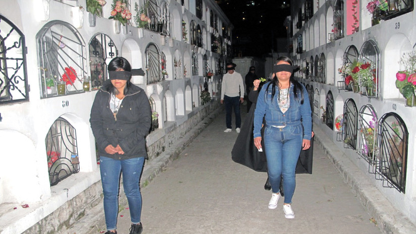 Necroturismo en Quito: La experiencia de recorrer en la noche y a ciegas un cementerio del siglo XIX
