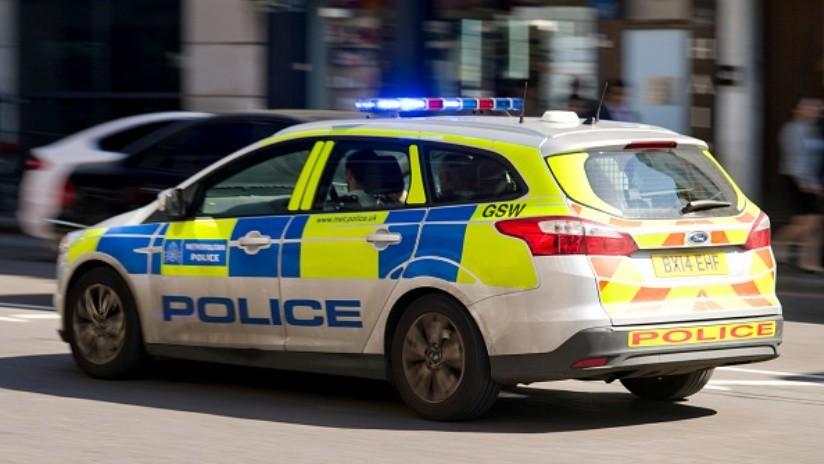 FOTO: Roba las luces de una patrulla pero queda captado por las cámaras y ahora lo busca la Policía