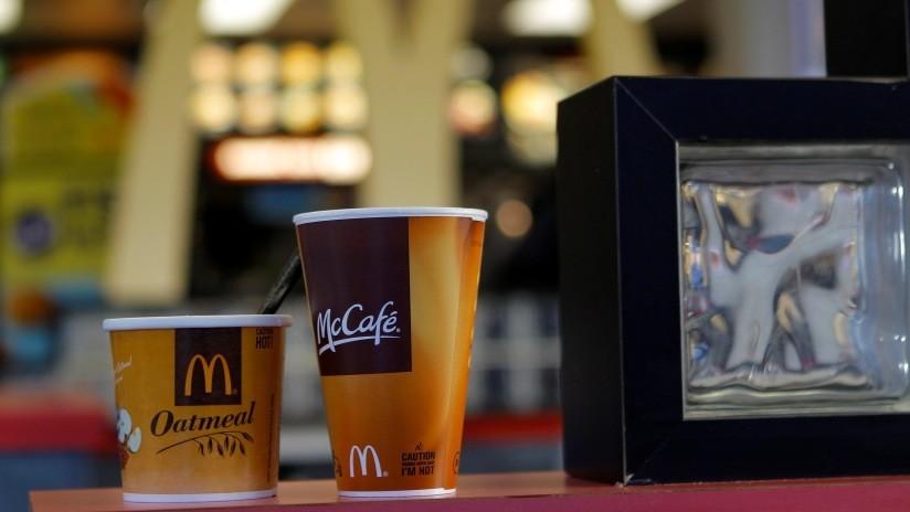"""VIDEO: Cliente de McDonald's lanza café caliente a la cara de una empleada por """"esperar demasiado"""""""