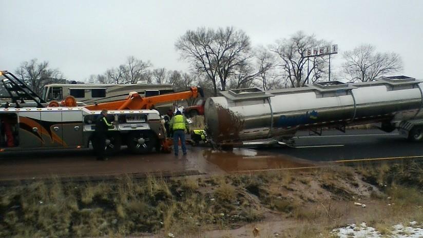 """FOTOS: """"Un río de chocolate"""" bloquea una carretera tras volcar una cisterna en Arizona"""