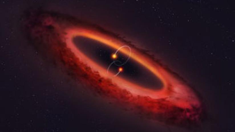 Hallan un raro sistema de estrellas con un disco formador de planetas alineado como una noria