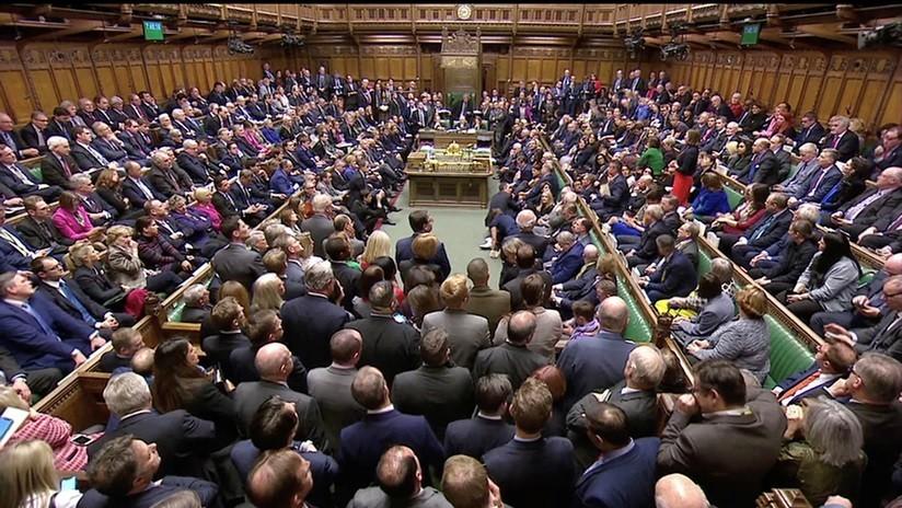 El Brexit sigue en el limbo — May sobrevive