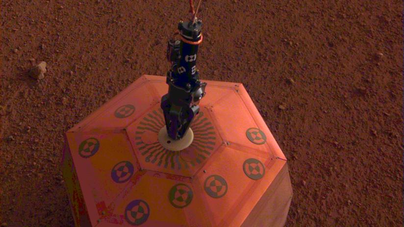 """""""Una oreja al suelo"""": La NASA muestra cómo su sonda se prepara para escuchar las """"señales"""" de Marte"""