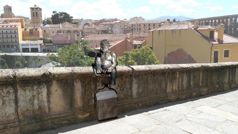 Estatua de un demonio haciéndose un 'selfie' divide a una ciudad española