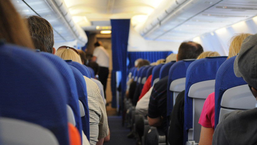 VIDEO: Pasajeros de un avión atan de pies y manos a un borracho que se puso violento en pleno vuelo