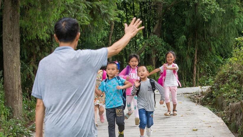 """Escuela china introduce una """"licencia de amor"""" para sus profesores solteros y estresados"""