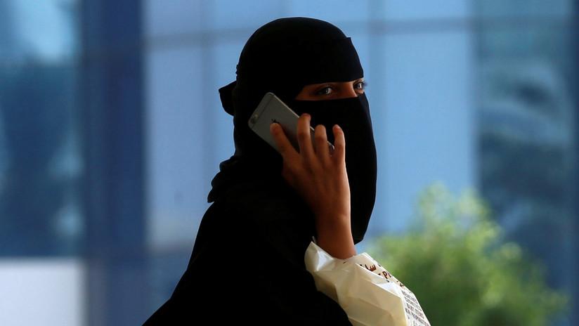 Una mujer saudita salta desde su ventana a una piscina para huir de su familia