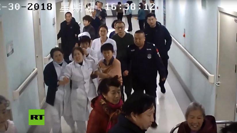 VIDEO: Una enfermera evita un suicidio sujetando a un paciente que se arrojó de un 13.º piso
