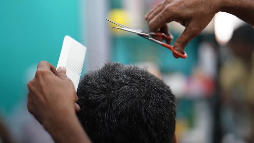 Dos hermanas en la India simularon ser varones para mantener a flote la barbería familiar