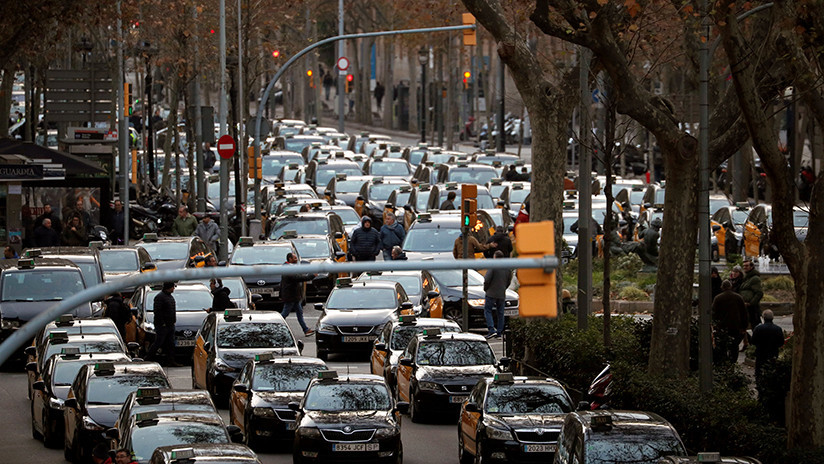 Tensión durante la protesta de taxis en Barcelona