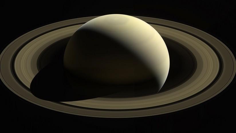 """Develan """"antiguo misterio del sistema solar"""": Científicos determinan la duración del día en Saturno"""