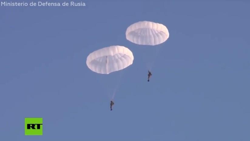 VIDEO: Los vertiginosos saltos en paracaídas de los 'boinas negras' o 'marines' rusos