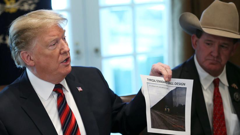 Trump inicia una campaña para rodear oficinas de demócratas con un muro de ladrillos falsos