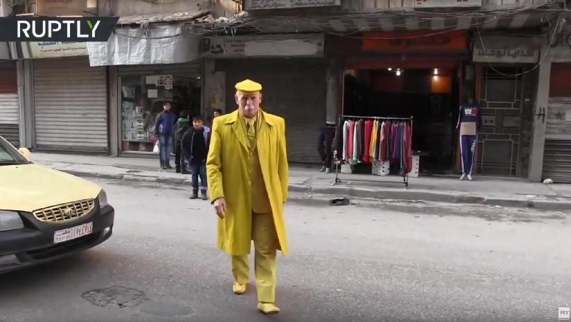 VIDEO: 'El hombre amarillo de Alepo' que lleva 35 años dando alegría en urbe sacudida por la guerra