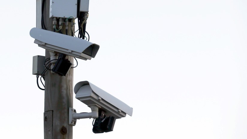 VIDEO: Intenta robar una cámara de seguridad que lo filmaba y termina detenido