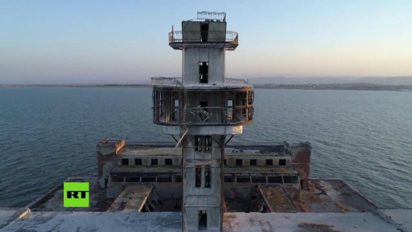 VIDEO: Un dron filma un misterioso sitio de pruebas de armas soviéticas en el mar Caspio