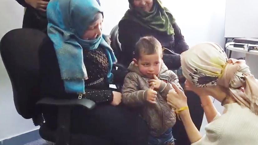 VIDEO: La esposa de Assad ayuda a un niño sirio a oír por primera vez gracias a un dispositivo