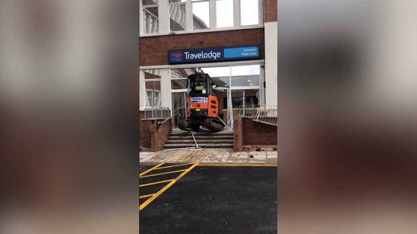 VIDEOS: Un trabajador arrasa la entrada de un hotel con una excavadora porque no le pagaron