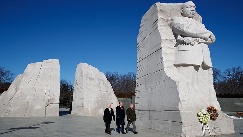 Trump visita el monumento a Martin Luther King Jr. por dos minutos y provoca bromas en la Red