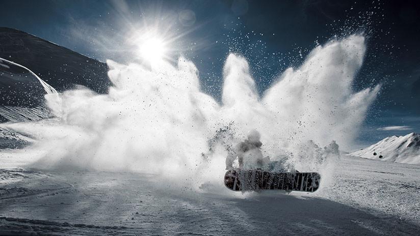 VIDEO: 'Snowboarder' provoca una avalancha y es arrastrado 100 metros