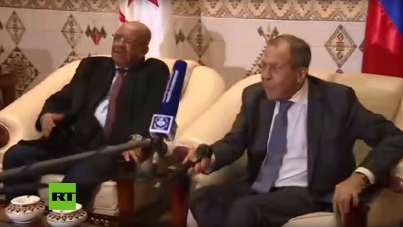 VIDEO: Lavrov le 'estrecha la mano' a un micrófono durante una reunión oficial