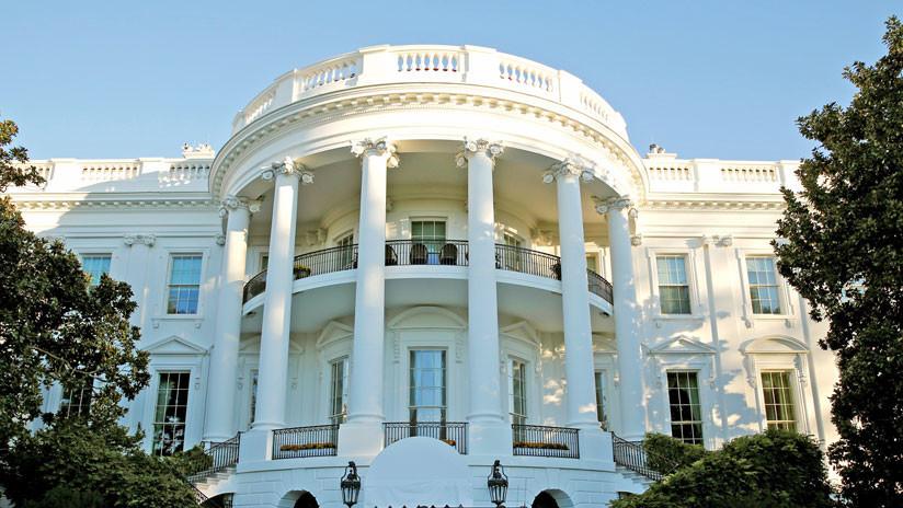 """""""El infierno quiere que su demonio regrese"""": Un socavón cerca de la Casa Blanca da pie a bromas en la Red (tuits)"""